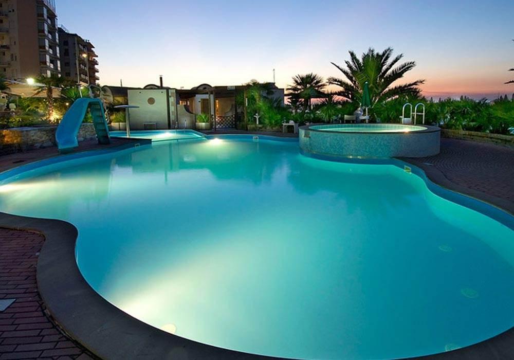 Hotel Cattolica con piscina illuminata